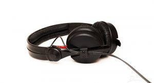 Studio monitoring headphones